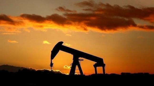 النفط يعود للهبوط بعد موجة صعود